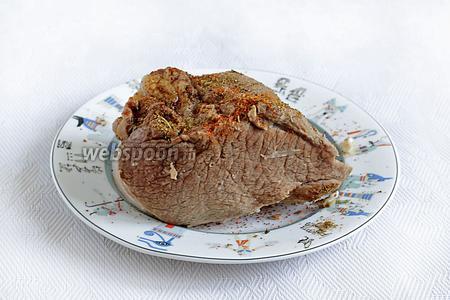 Посыпать любимыми специями, можно натереть чесноком. В моём случае, я посыпала красным перцем и смесью хмели-сунели. Завернуть мясо в фольгу и окончательно остудить в холодильнике. Подавать с маринованными или свежими овощами, соусами, в тонкой нарезке. Приятного аппетита!