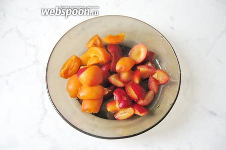 Абрикосы и алычу помыть и удалить из фруктов косточки.