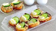 Фото рецепта Бутерброды со шпротами, перепелиными яйцами, огурцом и сыром