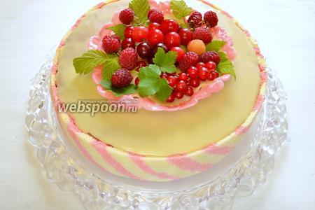 Перед подачей, за 1 час, достаём торт из холодильника и украшаем тарелочкой из молочной мастики и свежими ягодами. Тарелочку я сделала за 2 дня до изготовления торта по рецепту « Молочная мастика ». Мастика получается мягкой, пластичной и с ней приятно работать.