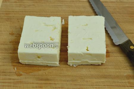 Сыр Фета разрежем на 2 половинки. Можно нарезать его и помельче, а можно просто слегка размять руками.