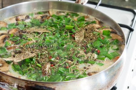 Добавим специи и зелень к варящемуся бульону из овощей и грибов.