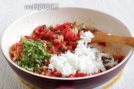 Добавить в сковородку измельчённые помидоры, острый соус, зелень, кетчуп и рис. Перемешать, прогреть 3 минуты. Начинка готова.