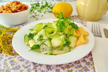 Салат из свежего кабачка с кунжутом