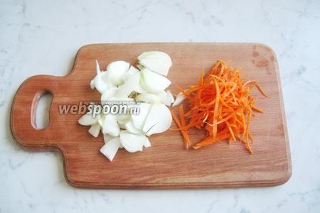 Репчатый лук и морковь почистить, помыть и нарезать. Морковь можно натереть на тёрке.