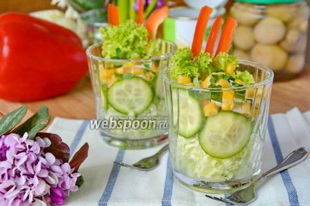 Овощной салат в стаканах с пекинской капустой