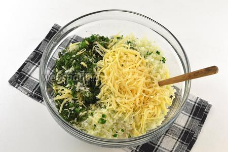 Соединить капусту, лук, нарезанную зелень, натёртый сыр.