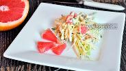 Фото рецепта Салат с грейпфрутом, курицей и капустой