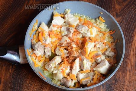 Готовим мясо в течение 1 часа, затем перчим по вкусу и солим.