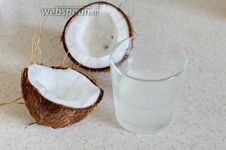Кокос нам понадобится как из-за его молока, так и из-за мякоти. Проделайте отверстие в кокосе, слейте сок. Немного мякоти соскоблите ножом.