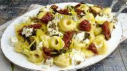 Фото рецепта Тортеллини сырные с вялеными помидорами и шпинатом