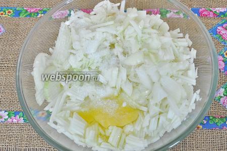 Мелко нарезать репчатый лук, добавить соль и яйца. Перемешать.
