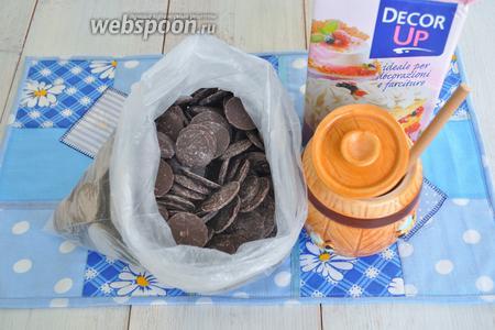 Для шоколадной глазури потребуется шоколад, мёд, немного белого рома, сливки растительные.