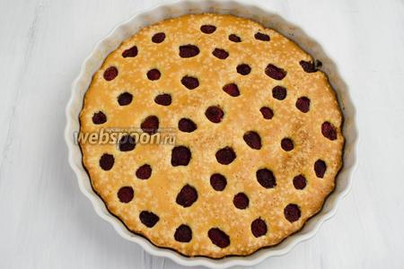 Готовый пирог вынуть из духовки. Остудить в форме. Выложить пирог на блюдо. Подавать к чаю на десерт.