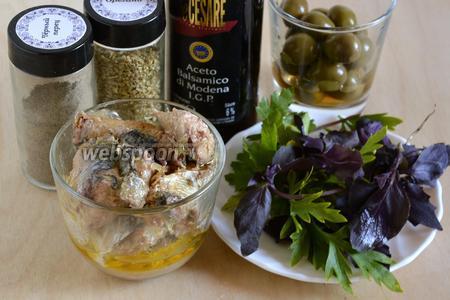 Для приготовления паштета вам понадобятся следующие ингредиенты: сардины в оливковом масле, оливки, смесь итальянских трав, свежий базилик, петрушка, бальзамический уксус и перец. Я не использовала соль, так как оливки и рыба сами по себе довольно солёные. Если у вас обычные сардины, то понадобится ещё и 1 десертная ложка оливкового масла первого отжима.