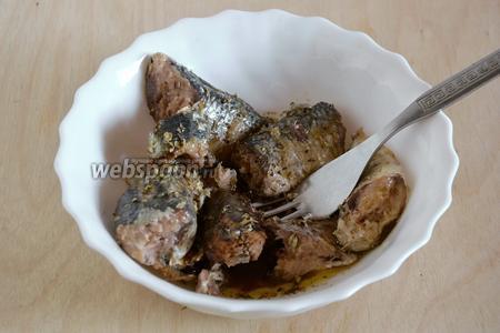 Выложите рыбу в миску, добавьте масло из банки, бальзамик, сухие травы и перец. Разомните все ингредиенты вилкой, должна получиться масса с небольшими кусочками. Можно, конечно, измельчить всё в блендере, но вилкой мне нравится больше, так чувствуются все ингредиенты паштета по отдельности.