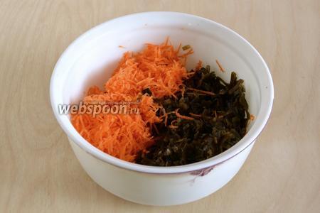 Выложите в миску морскую капусту, почистите и натрите морковь на средней тёрке.