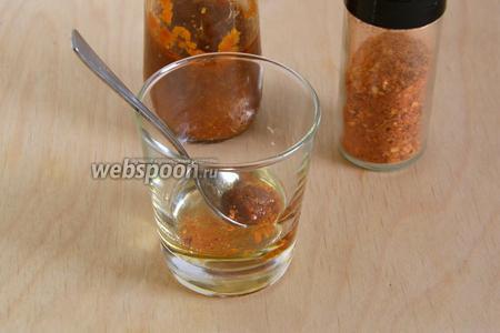 В растительное масло добавьте соус чили и сушёные хлопья чили. Хорошо перемешайте.