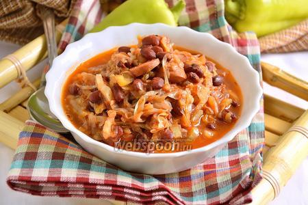 Фото рецепта Красная фасоль с капустой и сосисками