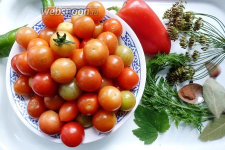 Нам понадобятся помидоры черри, немного сладкого перца, кусочек чили, чеснок, корица, лавровый лист, морковная ботва, лист смородины, розетка укропа. Все ингредиенты помоем и обсушим.