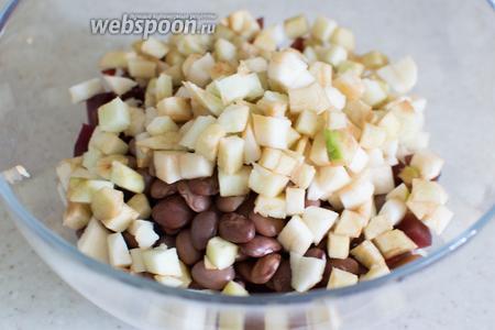 Также добавьте порезанное на кубики яблоко.