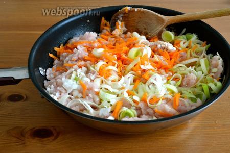Готовим начинку. В глубокой сковороде разогреть масло, выложить фарш, морковку и белую частью лука-порея.