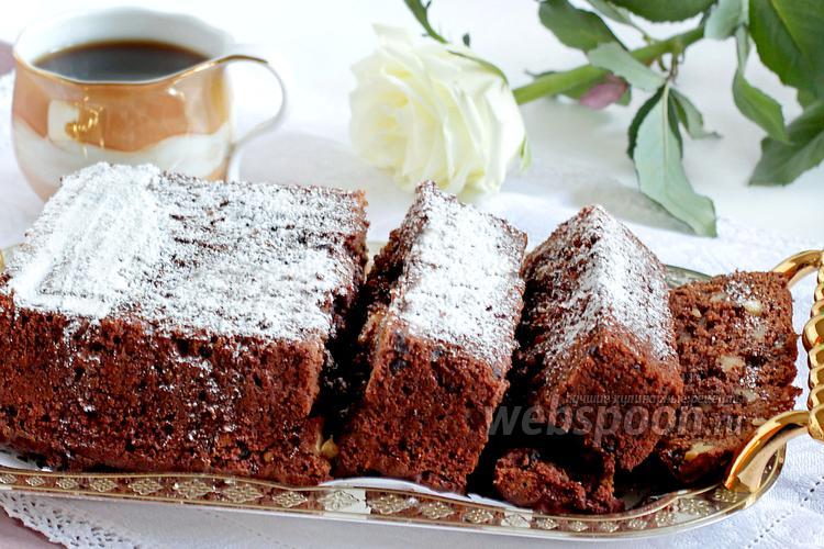 Фото Брауни с грецкими орехами и шоколадными каплями