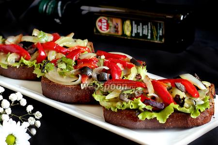 Брускета с запечённым перцем, луком, оливками и зеленью