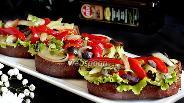Фото рецепта Брускетта с запечённым перцем, луком, оливками и зеленью