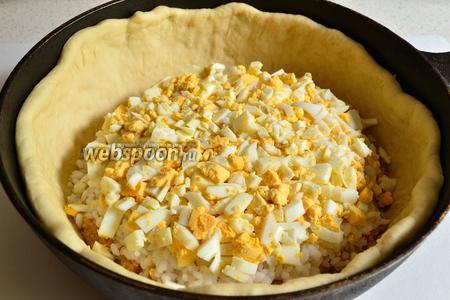 Далее выкладываем яйца, слоем около 6-8 мм. Сверху — опять слой риса, толщиной около 1 см.
