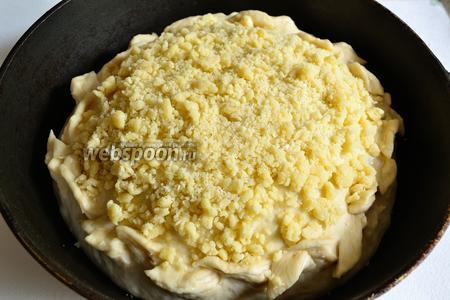 Смазать верх пирога, немного, маслом и обильно посыпать приготовленной крошкой. Ставим в разогретую до 200°С духовку, на 40-45 минут. Пирог должен хорошо зарумяниться и не пригореть снизу. Смотрим по своей духовке.