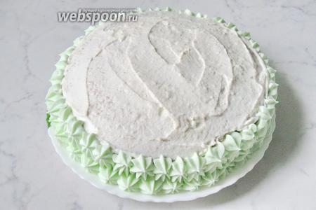 Я украсила торт розочками из взбитых сливок.