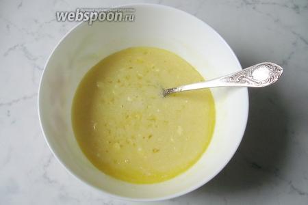 Перемешать сахар, яйца, сметану, мёд и сливочное масло.