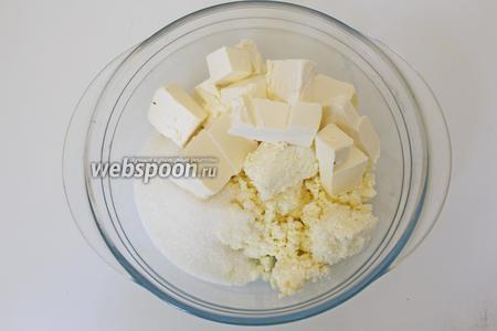 Для приготовления песочной основы, для печенья, надо сливочное масло нарезать на кубик, выложить в миску со 100 г сахара, ванилином и творогом, и хорошо растереть.