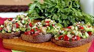 Фото рецепта Брускетта со скумбрией и овощами