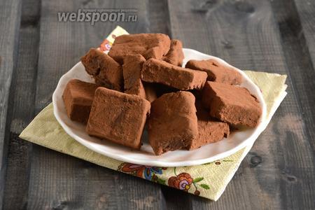Шоколадно-фасолевые конфеты готовы. Их можно хранить в холодильнике, в плотно закрытом контейнере.