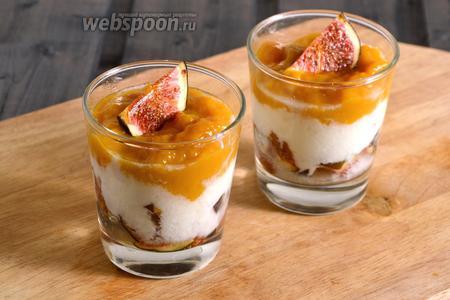 В последнюю очередь выложите в бокалы манговое пюре и, в завершение, украсьте кусочками инжира. Трайфл с инжиром и йогуртом готов, сразу же подавайте его к столу. Приятного аппетита!