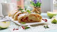 Фото рецепта Рулет песочный с яблоком, годжи и изюмом