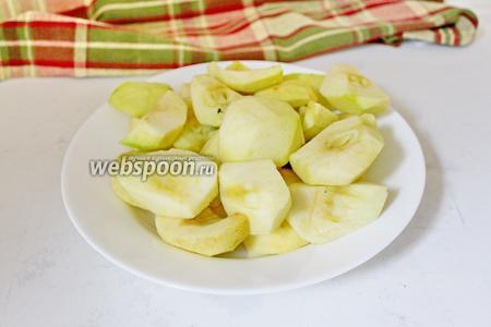 Для начинки яблоки очистить от кожицы и сердцевины.