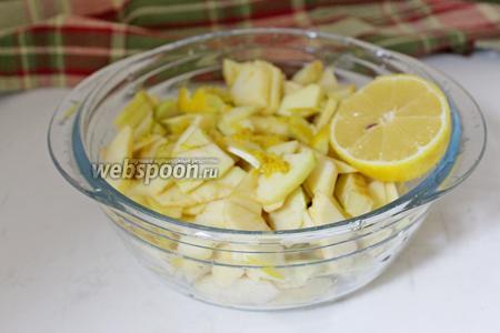Нарезать на тоненькие кусочки. Добавить к яблокам цедру и сок 1 лимона.
