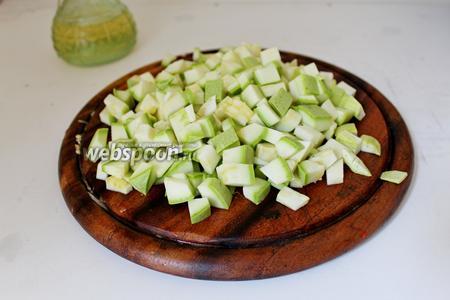 Кабачок нарезать тоже мелким кубиком. Добавить к овощам и жарить ещё минуты 3-4.