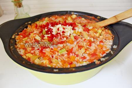 Добавить перец чили и чеснок в салат, перемешать и снять с огня.
