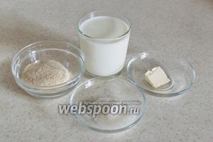 Для приготовления каши возьмите молоко, овсяное толокно, соль, сахар и сливочное масло по вкусу.