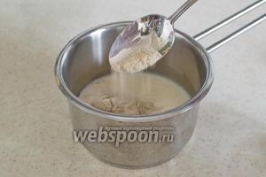 2-3 ст. л. толокна постепенно разведите в горячем молоке или же воде.