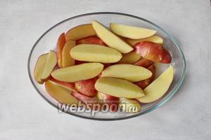 Картофель выложим в форму для запекания или на противень с пергаментной бумагой.
