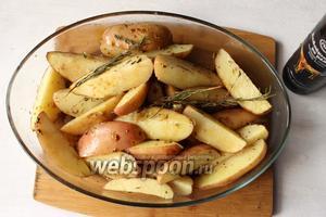 После 30 минут, добавляем бальзамический уксус, запекаем ещё 5-7 минут. Время запекания регулируем по готовности картошки.