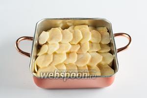 Над осьминогом повторяем слой из баклажанов, и завершаем всё слоем из картошки, которую приправляем корицей и перцем.
