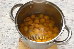 Алычу промыть. Поместить в кастрюлю с водой. Довести до кипения и готовить на протяжении 2-3 минут.