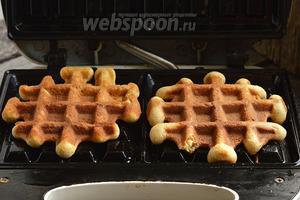 Вафельницу для толстых вафель разогреть, пластины, с помощью кулинарной кисточки, смазать растительным маслом. На середину каждой пластины выкладывать полную столовую ложку теста. Выпекать вафли до готовности.