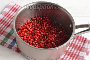 Бруснику перебрать, удалить листья, оборвать хвостики, удалить испорченные ягоды. Поместить ягоды и воду в толстостенную кастрюлю.